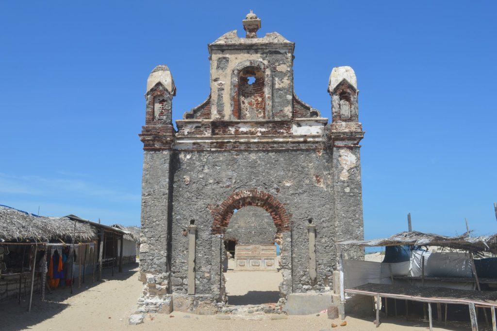 समंदर के आगे पुराना चर्च
