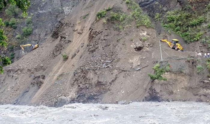 बालू पुल के पास टूटे हुए चम्बा (Chamba) -तीसा मार्ग की