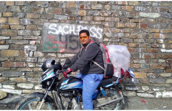 Sach Pass: 100 CC की बाइक से साच पास पहुंच गया ये शख्स, देखिए Photos