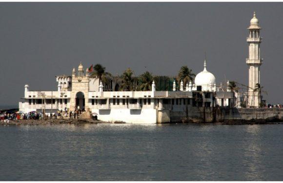 हाजी अली दरगाहः 400 सालों से समंदर में बुलंद हैं ये नायाब इमारत