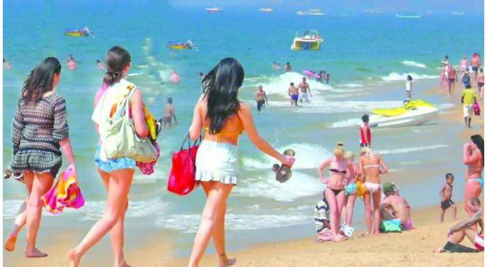 Goa Travel Blog: रात के 2 बजे बीच पर शॉट्स पहनकर नाच रही थीं लड़कियां